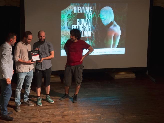 La consegna della targa da parte del presidenter FIAF durante la presentazione della Biennale, presso il Teatro Dovizi.